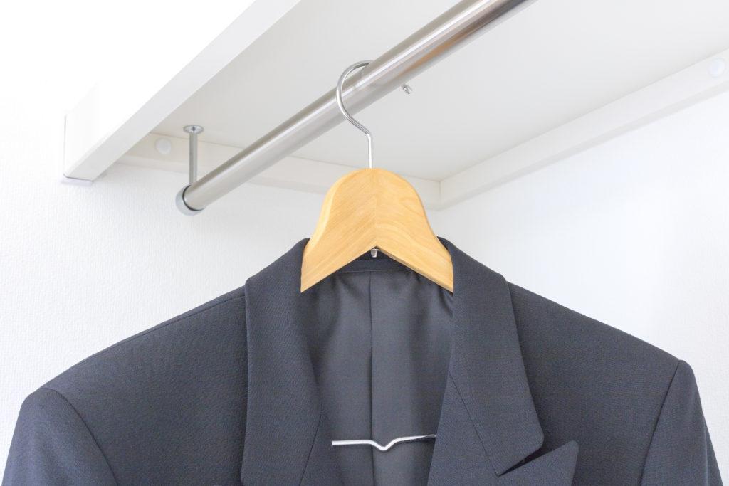 クローゼット内のスーツ